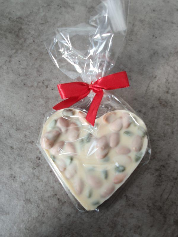 Hatos Bruchschokoladen Herz weisse Schokolade Mandeln und Pistazien 80gr